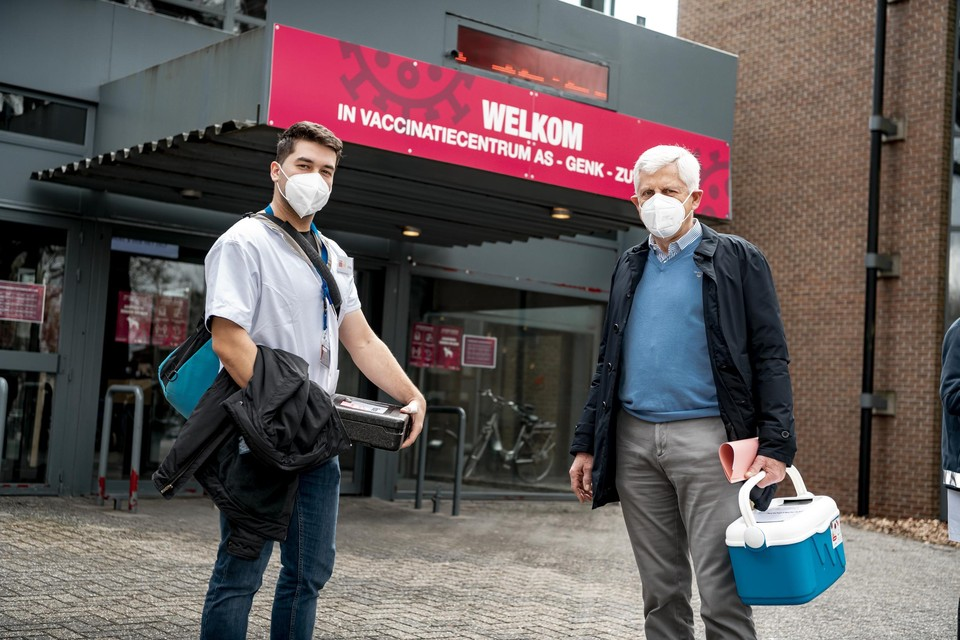 Gepensioneerd radioloog Yvan Palmers en verpleegkundige Oleg Tourchin staan klaar om mensen die slecht te been zijn thuis te vaccineren.