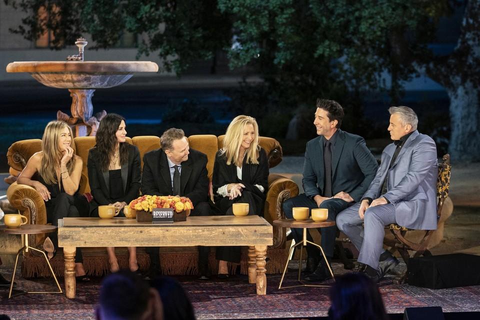 Jennifer Aniston, Courteney Cox, Matthew Perry, Lisa Kudrow, David Schwimmer en Matt LeBlanc voor de fontein uit de generiek.