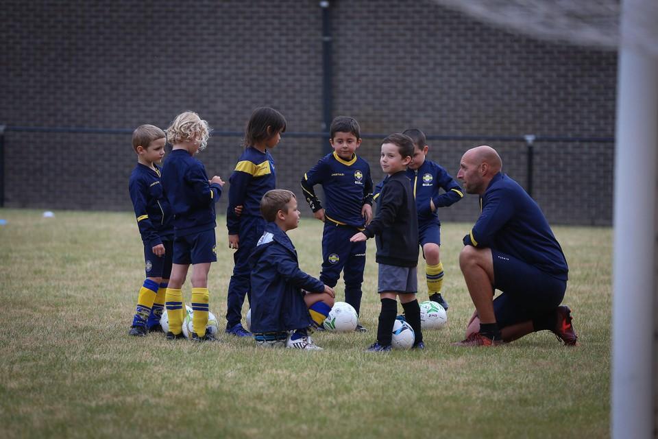 De jeugdcompetitie in het voetbal wordt stopgezet. Spelers tot en met U13 mogen  wel nog trainen en vriendschappelijke wedstrijden in eigen regio spelen.