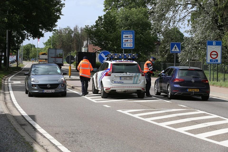 Archiefbeeld. Net zoals in het voorjaar zal de politie Lommel vanaf vandaag opnieuw controleren aan de grensovergang. Het gaat wel om sporadische controles.