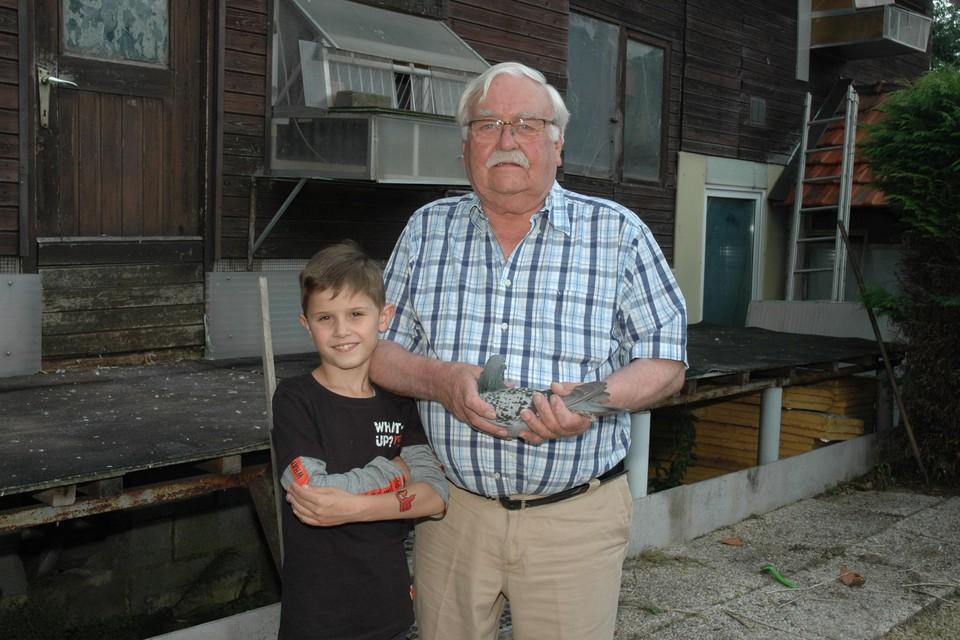 Pierre Linden met kleinzoon Brent, fier op zijn opa en op zijn tatoeage.