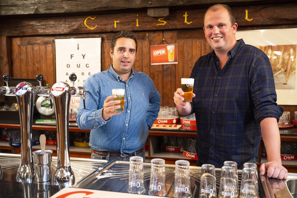 Limburgse brouwers Jeroen Dehaese (links) en Dieter Duchateau klinken met een 'boerke' Cristal.