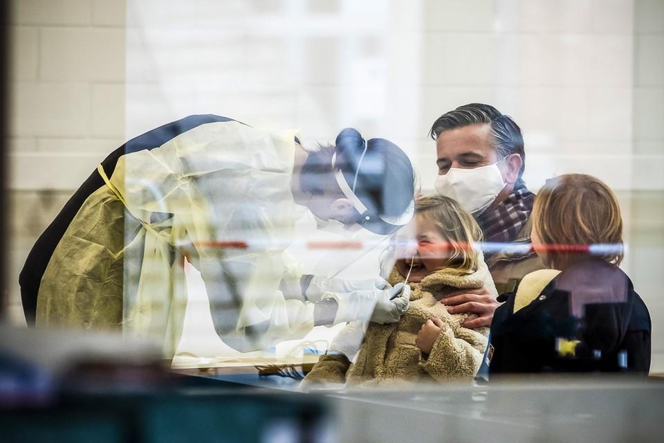 Sint-Truiden, Edegem, Houthulst, Aalst: allemaal krijgen ze te maken met een uitbraak van de Britse variant van het coronavirus. Allemaal pakken ze de situatie anders aan.