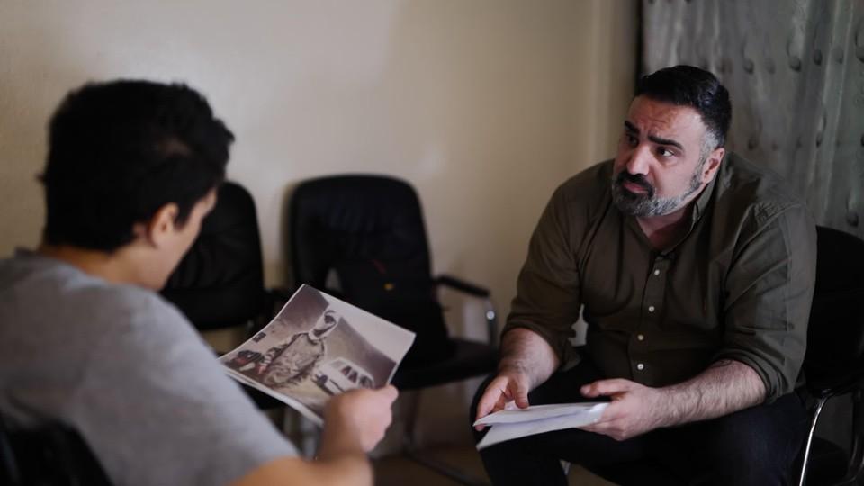 De Nederlandse journalist Sinan Can confronteert Adel Mezroui met de beelden van de video