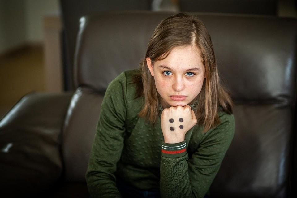 Met vier stippen op haar linkerhand - een campagne van Ketnet - maakt de zestienjarige een duidelijk signaal tegen pesten.