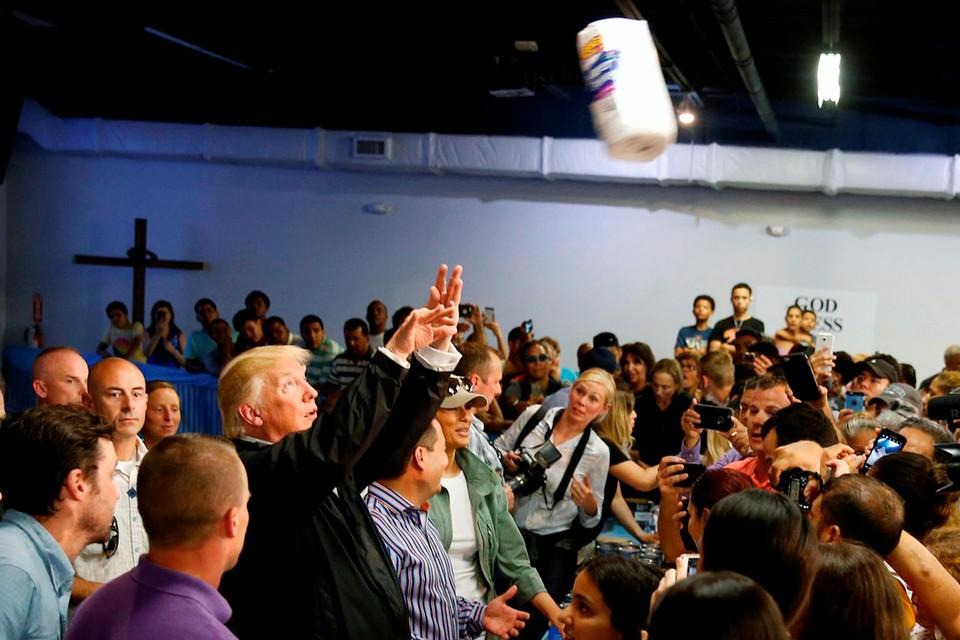 Oktober 2017. Op bezoek bij slachtoffers van de orkaan Maria in Puerto Rico gooit Trump keukenrollen naar de hulpbehoevenden.