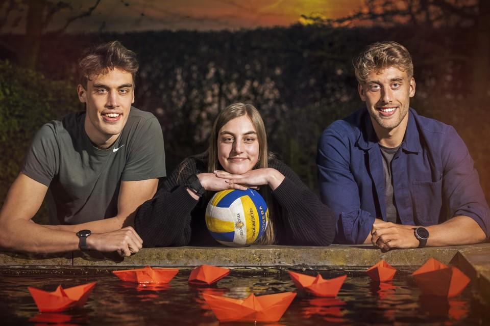 Ward (rechts) en Lode Lemmelijn spelen met de bootjes, zus Hanne met een volleybal.