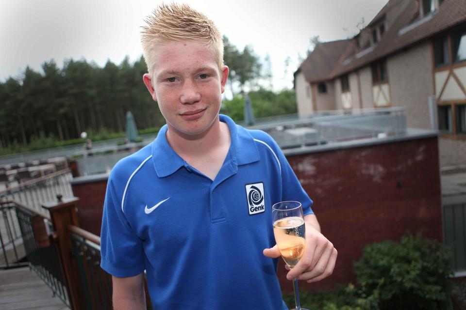 De Bruyne met een glaasje in de hand om zijn contract te vieren in 2009.