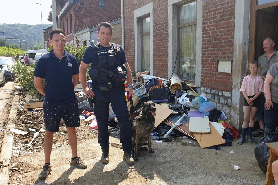 Lummenaar Steven Meert met zijn politiehond in Chaudfontaine.