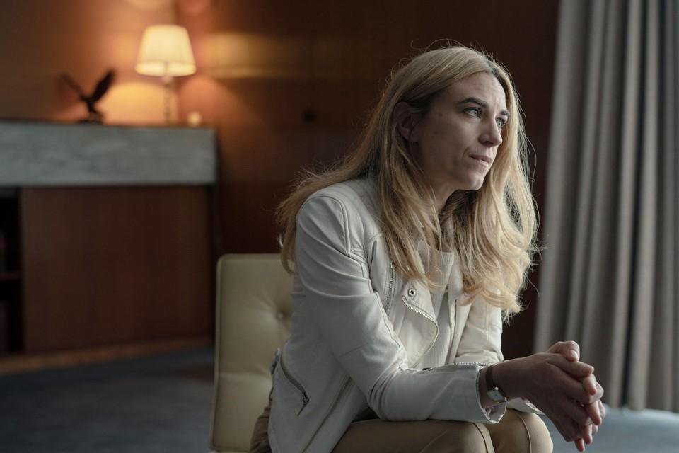 Natali Broods speelt in 'Déjà-Vu' Florence Fierens, een populaire radiopresentatrice wier leven op zijn kop komt te staan.