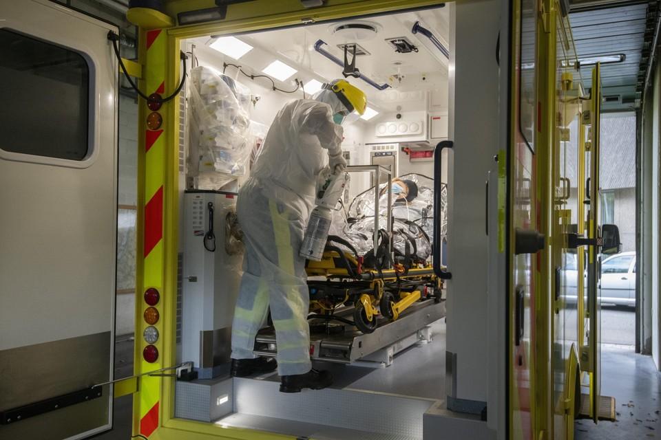 Woensdag werden voor het eerst covid-patiënten naar ziekenhuizen buiten de provincie Luik gebracht, een complexe onderneming.
