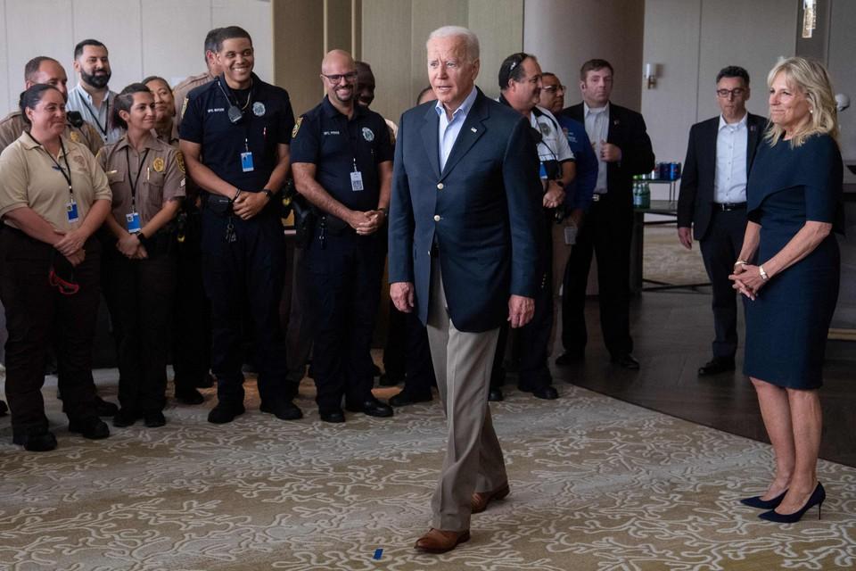 Joe Biden bedankt de hulpdiensten in Miami