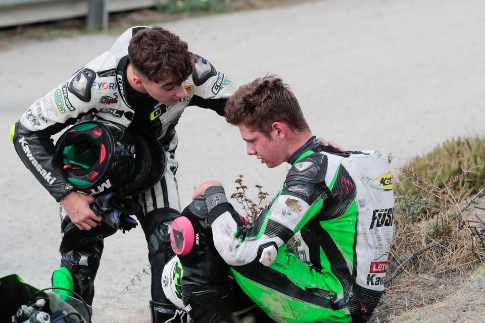 Een jonge motorrijder troost een collega.