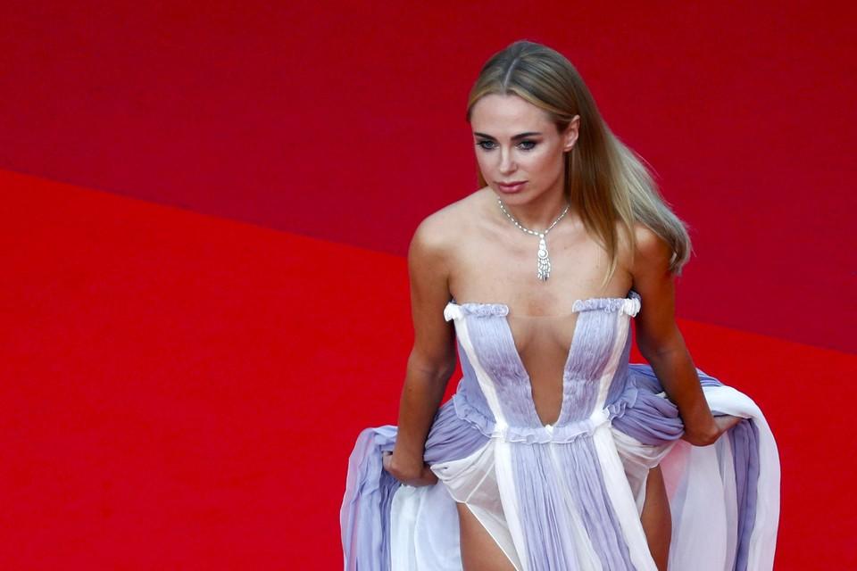 De Britse modeontwerpster Kimberley Garner combineerde haar dromerige outfit met een klassieke halsketting