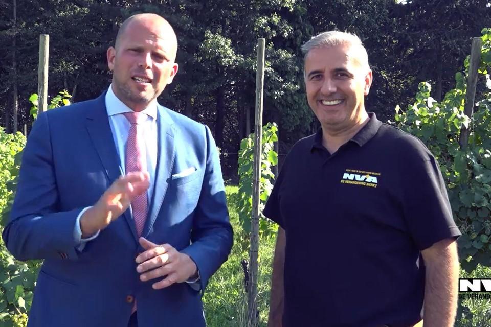 Theo Francken (N-VA) en zijn partijgenoot Melikan Kucam in betere tijden.
