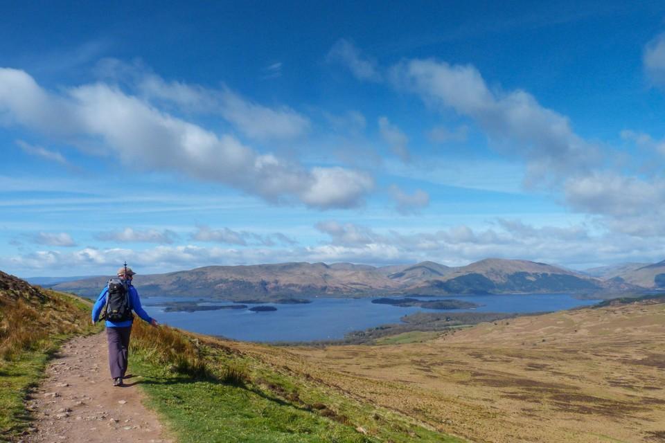 Langs Loch Lomond word je getrakteerd op weidse uitzichten.