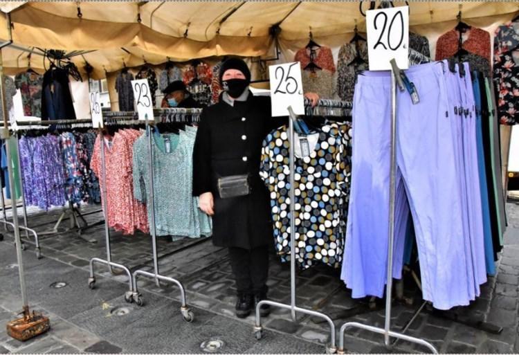 Marianne Francois zal enkele kledingstukken met korting moeten verkopen nadat die nat gespoten werden door de fonteinen.