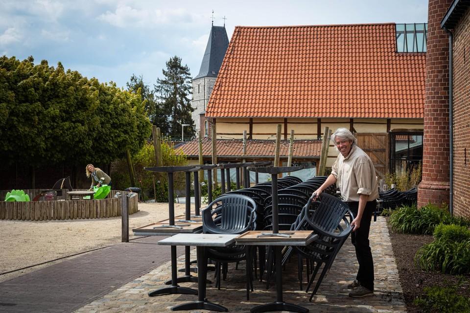 Zaakvoerders Mike en Roniek van Brouwerij Wilderen zijn bezig met de voorbereidingen voor de heropening van het terras.