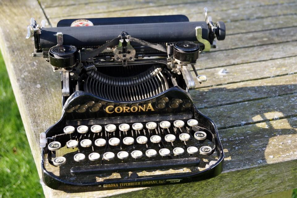 De opvouwbare machine weegt nauwelijks 2,50 kg en is vervaardigd door de Corona Typewriter Company uit New York.