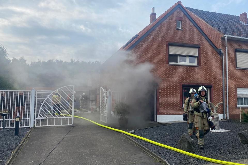 De rook verspreidde zich in het huis waardoor dit tijdelijk niet bewoonbaar is.