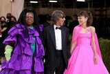 thumbnail: Actrice Whoopi Goldberg, Pierpaolo Piccioli van modemerk Valentino en -actrice Carey Mulligan. Z
