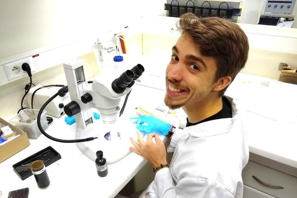 Fysicus Robin Bonné (28) heeft vanachter zijn microscoop getest of de kabelbacterie wel degelijk elektriciteit kan geleiden.