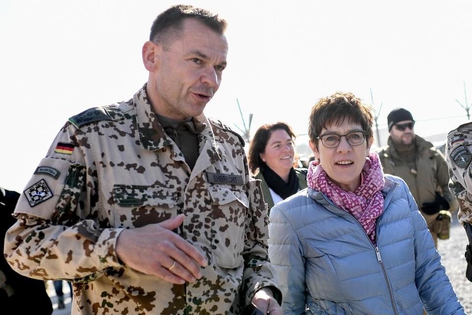 Duits minister van Defensie Annegret Kramp-Karrenbauer (rechts) tijdens een bezoek aan de troepen in Afghanistan.