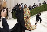 thumbnail: Zangeres-onderneemster Rihanna en rapper A$AP Rocky. De twee werden tot koningin en koning van het Met Gala gekroond door .