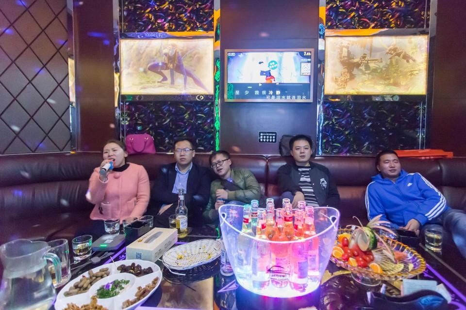 Een typische karaokebar in China. Bars die 'foute' nummers spelen, krijgen strafpunten.