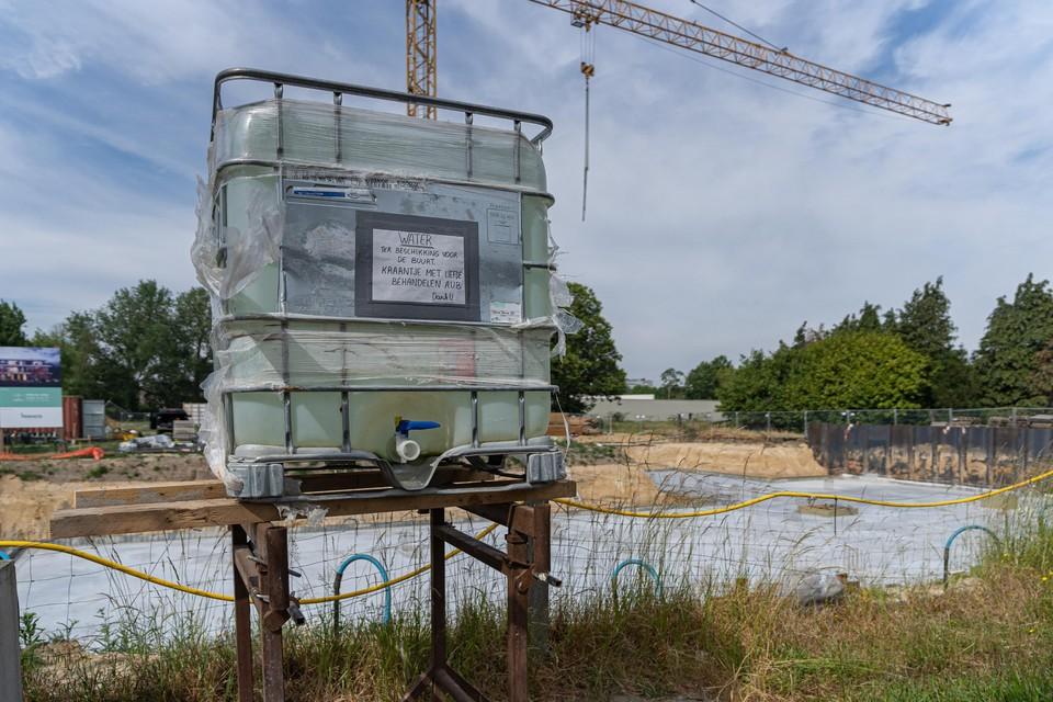 Op deze bouwwerf wordt water van een bemaling ter beschikking gesteld van de buren.