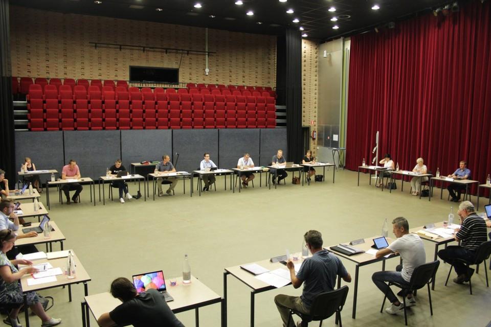 """"""" De gemeenteraad ging voor het eerst door in Ter Kommen, met 'veilige afstand' tussen 21 raadsleden en vier toeschouwers"""""""