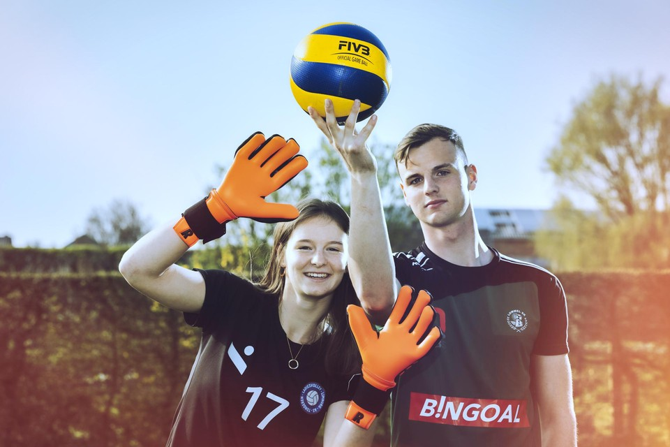 Thijs en Marie Lambrix: hij is doelman bij voetbalclub Lommel, zij libero bij volleybalclub LVL.