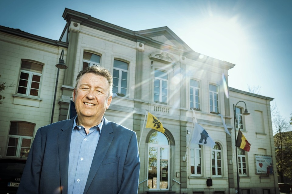 """""""We willen onze 8.368 inwoners een steuntje in de rug geven samen met de verenigingen en de ondernemers"""", zegt burgemeester Patrick Lismont (sp.a-Goesting)."""