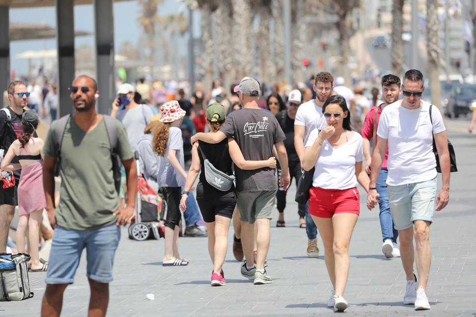 in Tel Aviv genieten ze van het mooie weer zonder mondmasker.