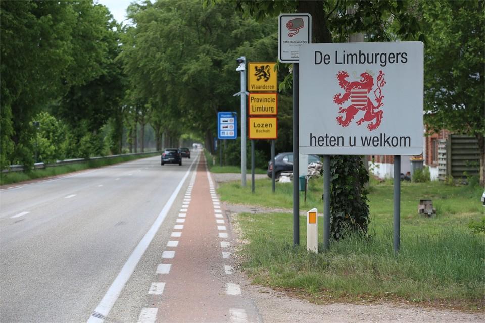 In Lozen, Maaseik en Smeermaas werd tijdens ons bezoek niet gecontroleerd aan de grensovergangen. Het verkeer kon probleemloos oversteken.