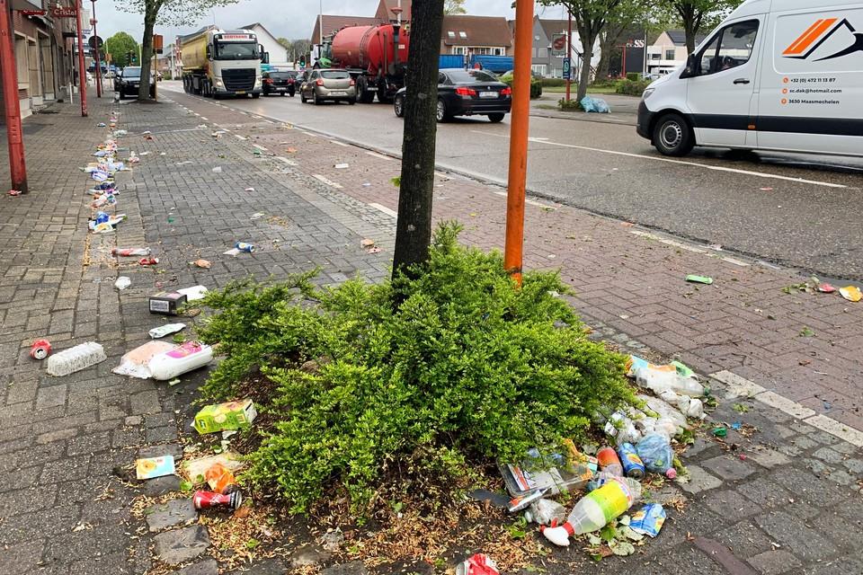 Opengescheurde blauwe zakken zorgen voor lange sporen pmd-afval in Helchteren.
