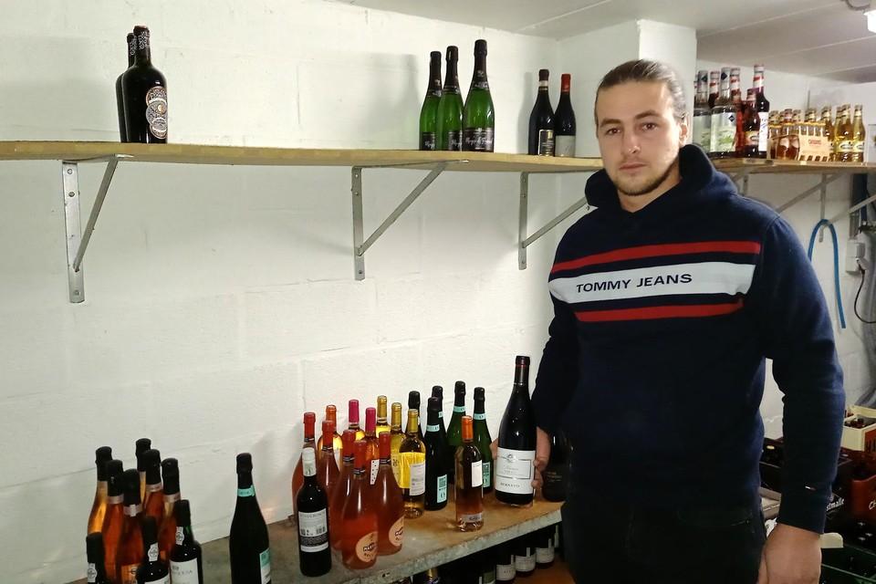 Jordi Lenaers in de wijnkelder van Schuur 17 waar de dieven selectief de duurste wijn- en champagneflessen buitmaakten.