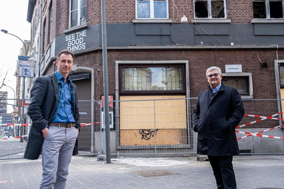 Schepen Marc Schepers en burgemeester Steven Vandeput in de stationsbuurt die opgewaardeerd wordt.