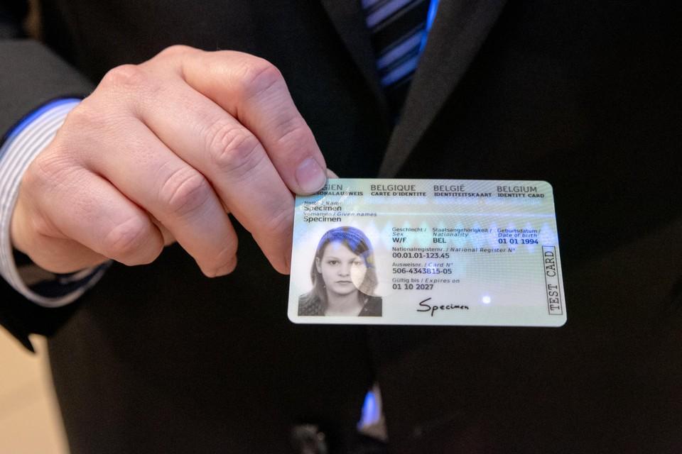 Op 14 januari werd in Lokeren de eerste identiteitskaart met vingerafdruk uitgereikt. Eind dit jaar moeten alle gemeenten ermee starten.
