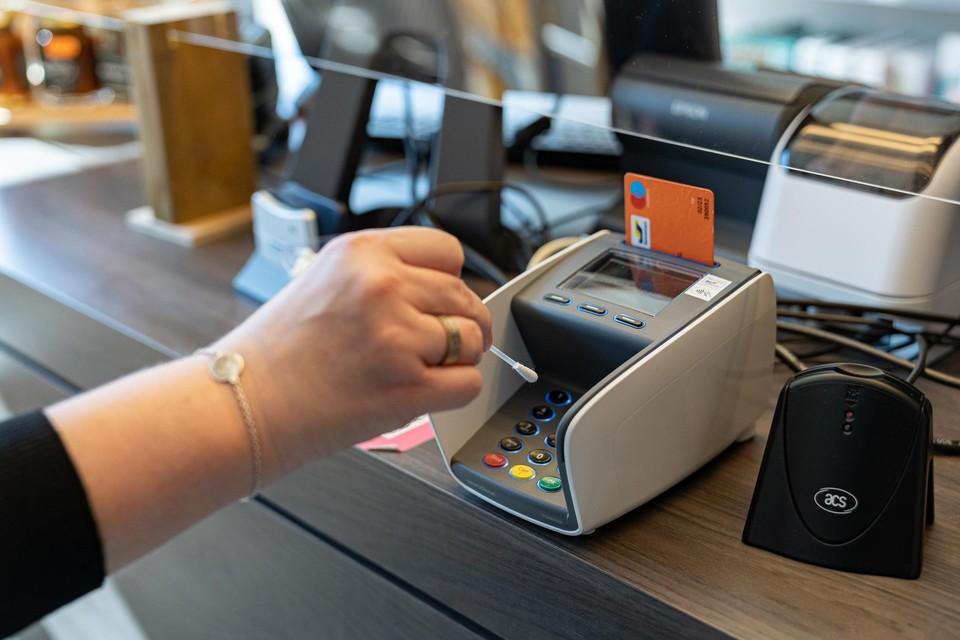 """Klanten die zaterdag met betaalkaart aankopen deden, hebben het bedrag mogelijk twee keer zien verdwijnen. """"Paniek is niet nodig, alles wordt teruggestort. De opdracht kwam dubbel binnen en wordt meteen teruggedraaid"""", zeggen ze bij KBC."""