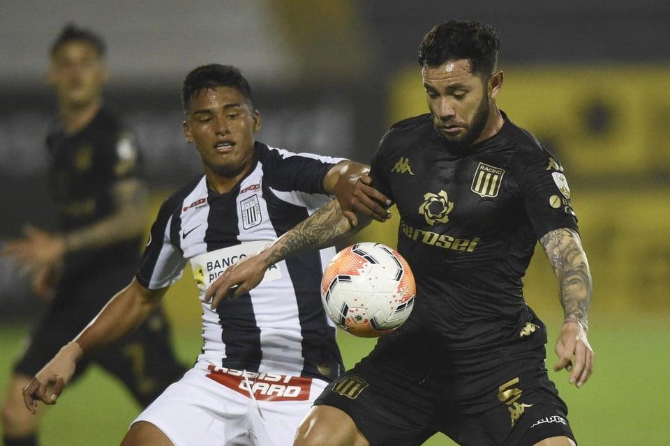 Kluiverth Aguilar (links) in actie met Alianza Lima.