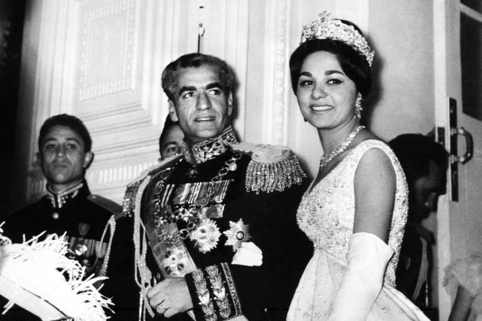 In 1959 trouwt Farah Diba met Mohammad Reza Pahlavi, de laatste sjah van Iran.