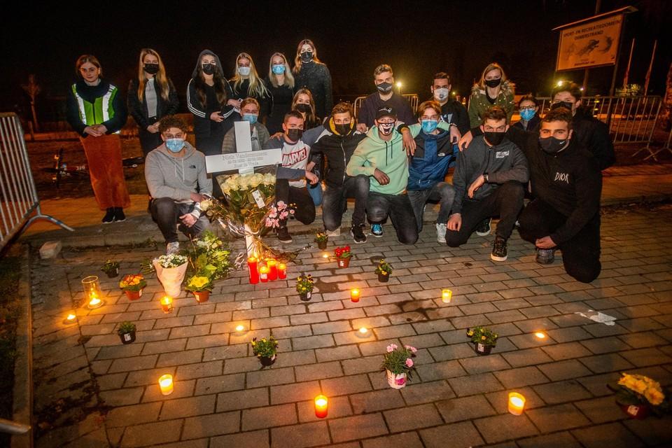De medeleerlingen van Niels plaatsten een kruis op de plek op het Demerstrand waar hij zijn auto altijd parkeerde. Woensdagavond zijn ze er ook bloemen en kaarsjes gaan zetten.