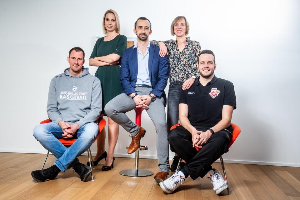 De Tongerse  connectie van Limburg United: voorzitter Maarten Bostyn, omringd door  zijn echtgenote Winde Blocken, Miet Mouha, Sacha Massot en Raymond Westphalen.