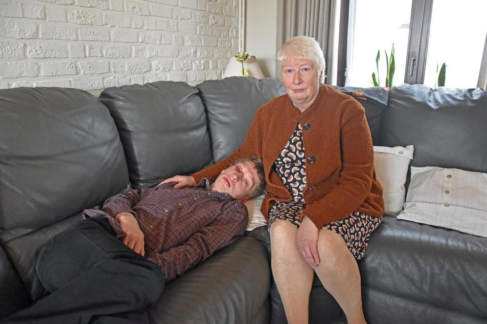Moeder Paula Pinxten met haar zoon Kevin Janssen (29), die een dag na de feiten weer thuis is.