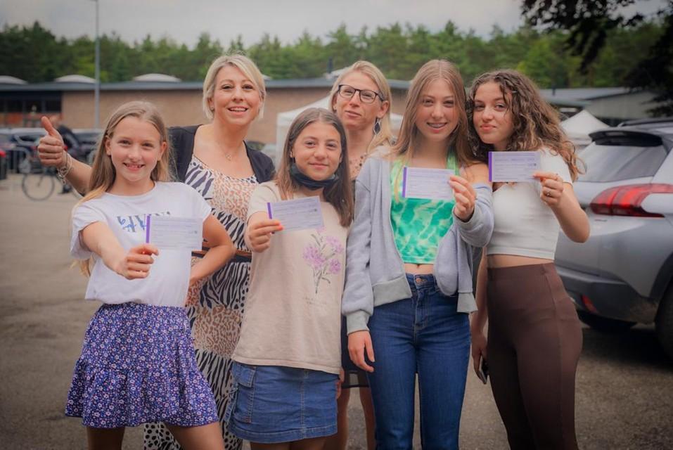 """""""Mijn dochter Mirthe (14) vertrekt begin augustus op kamp. Met een vaccin ben ik toch geruster. Daarbij hoe meer mensen worden gevaccineerd, hoe beter, zegt Sylvia Neskens."""
