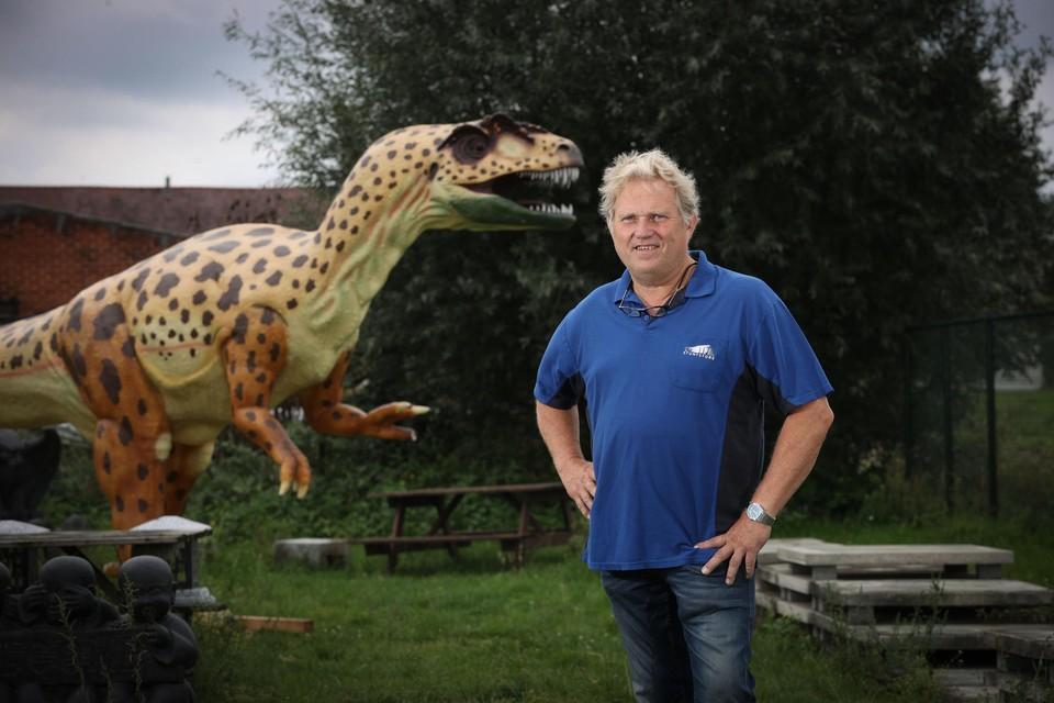 600 kilo zwaar, 3 meter hoog en 6 meter lang. De dino die Leo van Mierlo in Kinrooi verkoopt, is een aandachtstrekker.