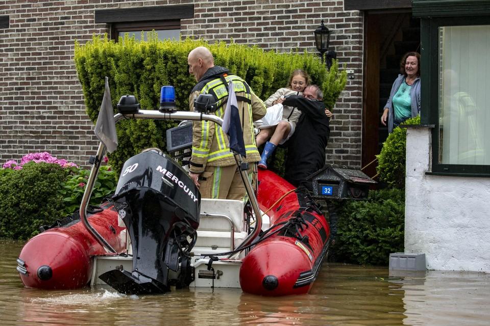 In het Limburgse Neerharen moesten gezinnen met een bootje uit hun huis gered worden.