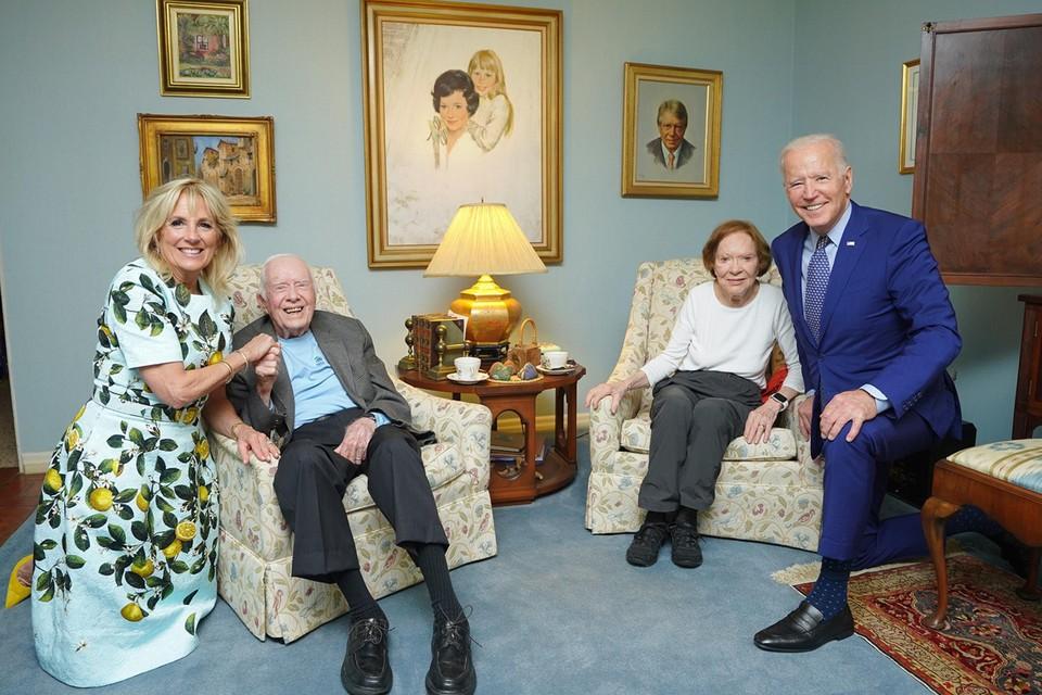 Jimmy Carter en zijn echtgenote Rosalynn (centraal) met Jill (links) en Joe Biden (rechts).