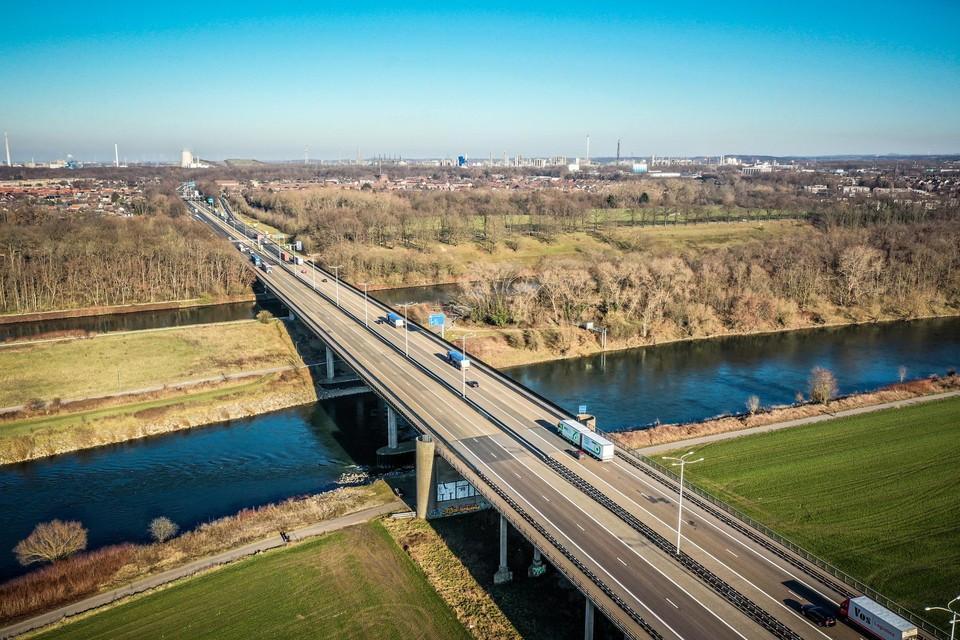 Het viaduct over de Maasvallei in Boorsem wordt vanaf mei tot op het gewapende beton ontmanteld.